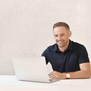 Piotr Kruk za komputerem